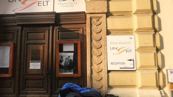 Royal Residence Ungelt:                   portão de entrada dos quartos que também é porta de teatro