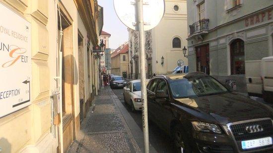 Royal Residence Ungelt:                   rua onde tem o portão, onde param os taxis