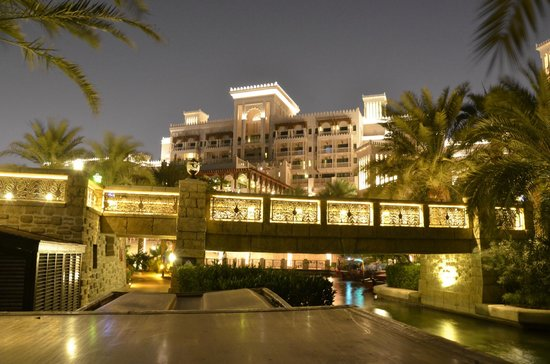 Jumeirah Al Qasr at Madinat Jumeirah:                   Pool bei Nacht blick aufs Haupthaus