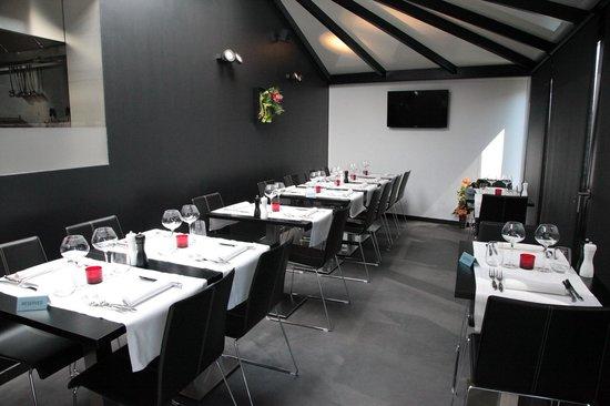 Véranda et vue sur cuisine ouverte - Picture of Sel Et Poivre ...