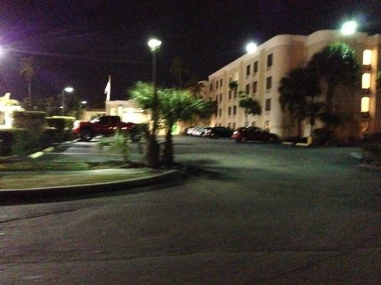 Holiday Inn Fort Myers - Downtown Area: Side entrance to hotel (notice dunkin donuts on the left corner of the picture)