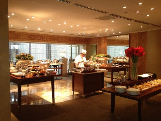 Grand Hyatt Taipei:                   Breakfast in theTemporary Grand Club Room During Renovations