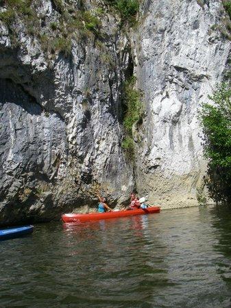 Dinant Evasion - Lesse Kayaks :                   superbe falaise sur le parcourt