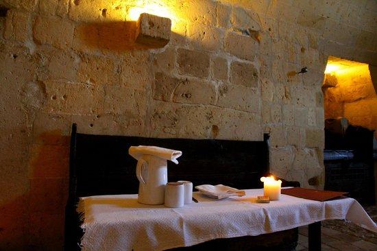 Sextantio Le Grotte della Civita:                   Tavolino...