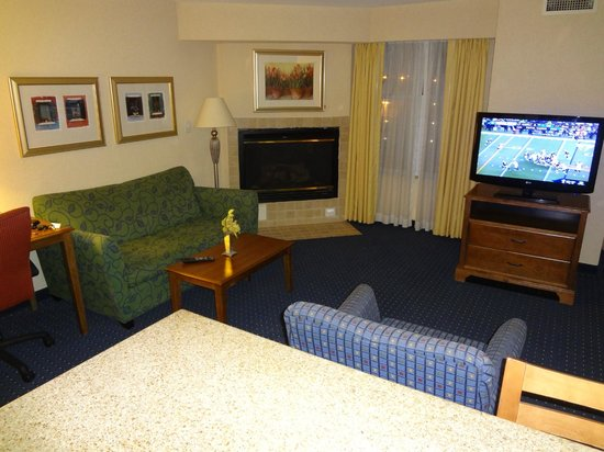 Residence Inn Chesapeake Greenbrier: Living Room area w/ Fire Place