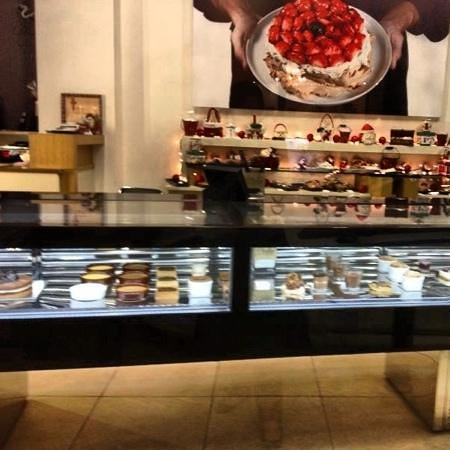 L'atelier de Patisserie :                   inside the shop