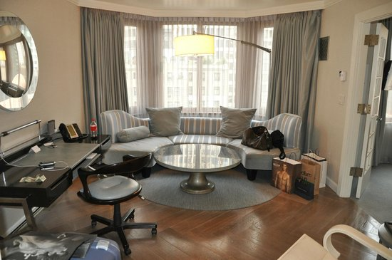 The London NYC: Wohnzimmer mit Sitzecke und Schreibtisch
