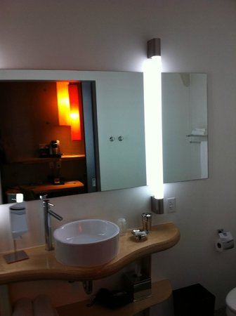 NYLO Irving / Las Colinas: part of the bathroom