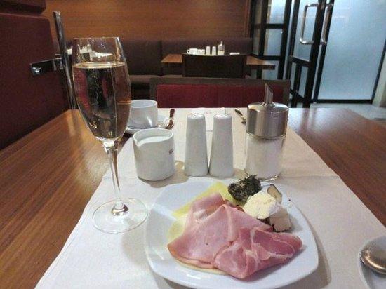 كيه آند كيه هوتل ماريا تيريزا:                   朝食のスパークリングワイン                 
