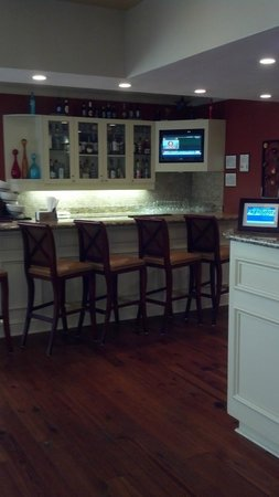 Hilton Garden Inn Savannah Midtown:                   Bar area.... Again, CLEAN!