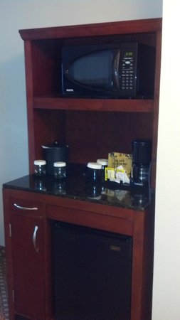 Hilton Garden Inn Savannah Midtown:                   Fridge, microwave, and coffee/tea with CLEAN cups that have lids over them to