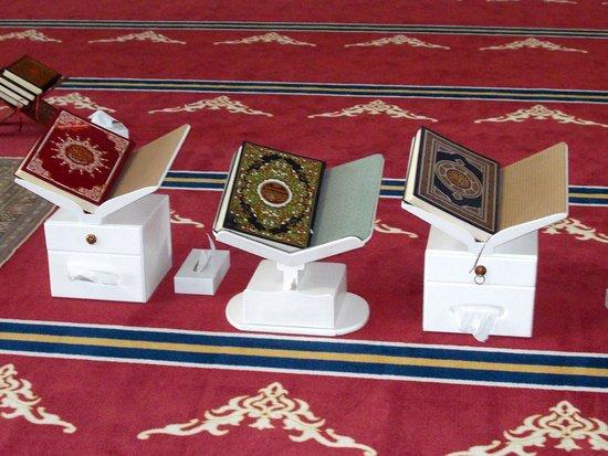 Sheikh Zayed Mosque:                   libri del corano in una piccola moschea