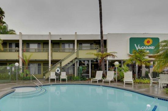 Vagabond Inn - San Diego Airport Marina: pool area hotel exterior