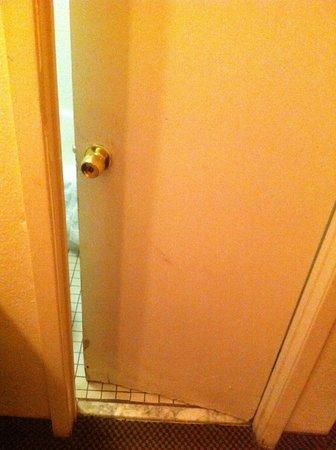 Super 8 College Park/Atlanta Airport West:                   Dodgy door to the bathroom
