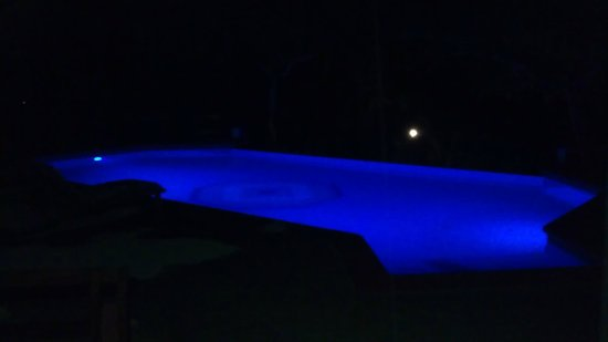 Tulemar Bungalows & Villas:                                     Bungalow Pool at night