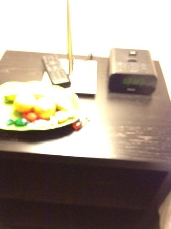 Paradice Motel: ipod station and fruit tray