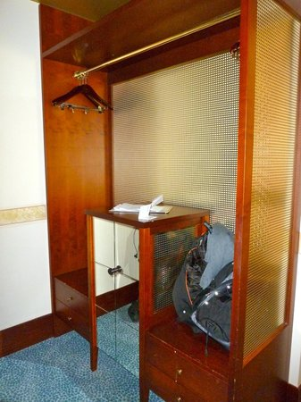 Hotel Dei Dragomanni: Wardrobe