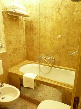 Hotel Dei Dragomanni: Bath