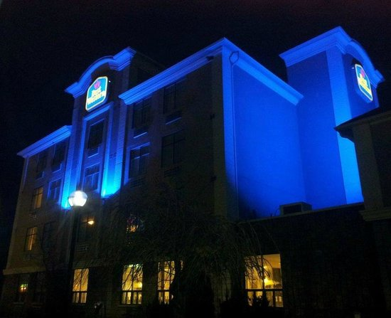 BEST WESTERN Royal Oak Inn: Located at 35 Hart Drive at Dunlop St. E. exit off Hwy. 400