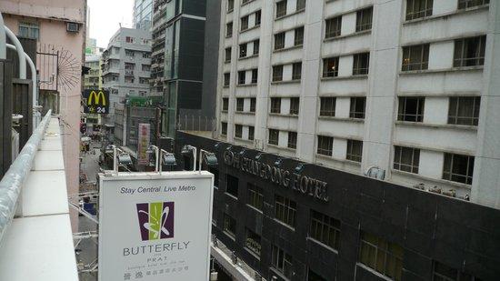 Butterfly on Prat:                                     Blick vom 5. Stock auf die Prat Av.