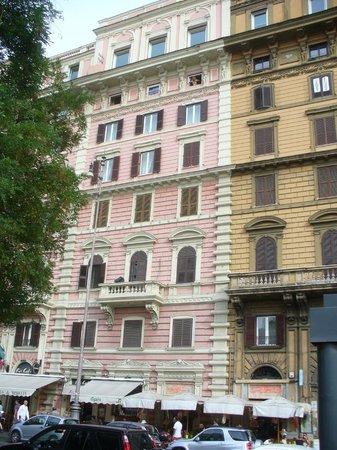 """โรงแรมอะ วิว ออฟ โรม:                                                       """"A View of Rome"""" 6 stories up"""