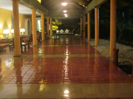 Iberostar Bavaro Suites:                   Camino hacia la habitacion
