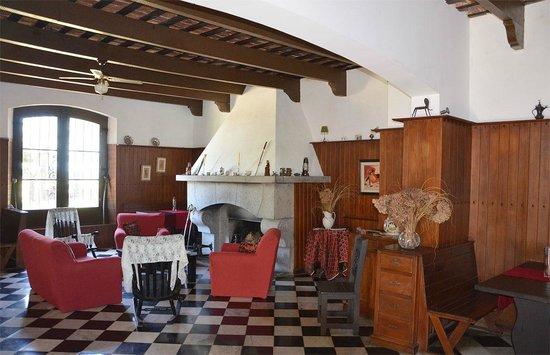 Hosteria Fortin de Santa Rosa:                   El estar con la chimenea