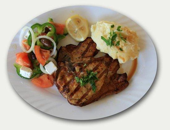 Psistaria Demetris : T-bone pork steak with mash potato and salad