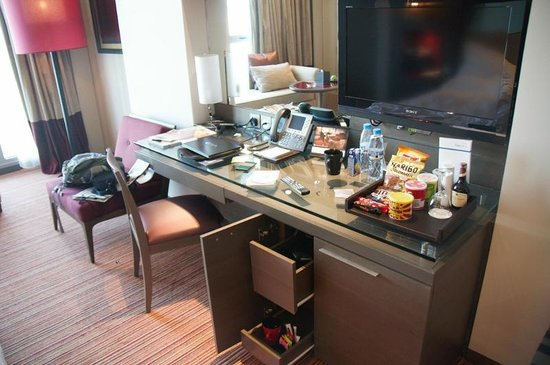 Park Rotana Abu Dhabi: desk and coffee maker area