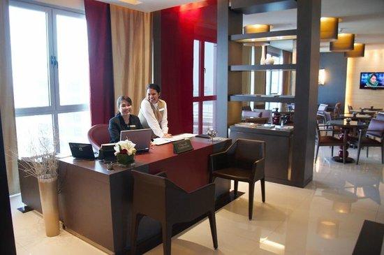 Park Rotana Abu Dhabi: smiling lounge staff