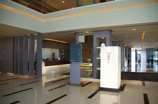 Park Rotana Abu Dhabi: reception area