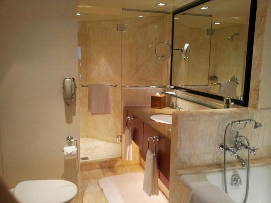 Four Seasons Hotel Sydney: Bathroom with indulgent toiletries