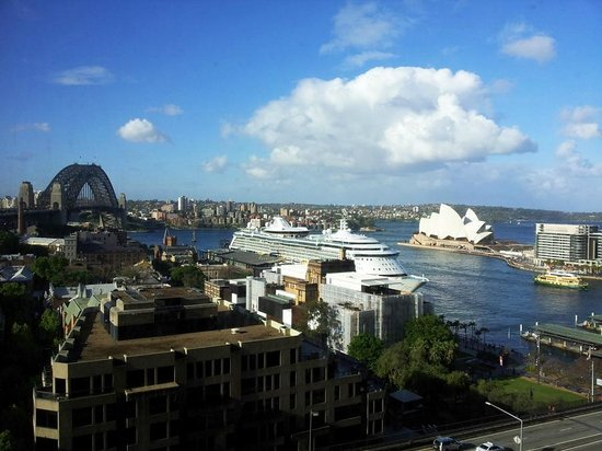 Four Seasons Hotel Sydney: View of Opera House and Sydney Bridge from room