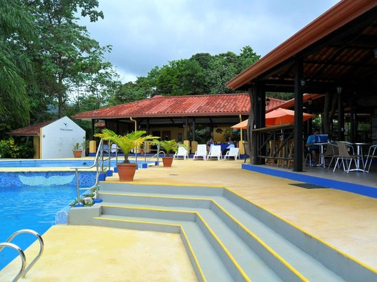 Vista Ballena Hotel:                   The pool bar and dining area.  Open and inviting
