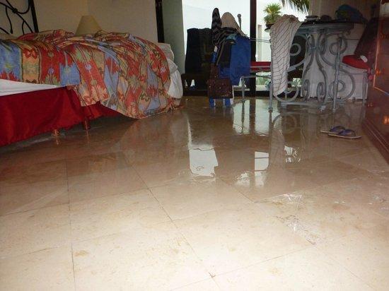 Oasis Tulum:                   La chambre trempée le matin!