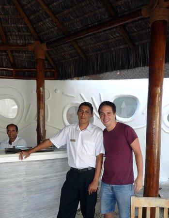 بيرولا بوزيوس هوتل: Con Carlos en la barra de la piscina