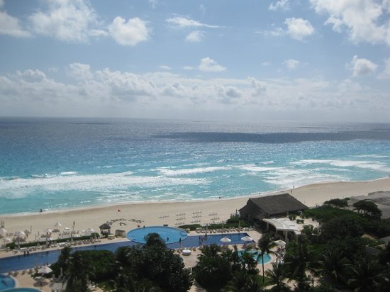 Live Aqua Beach Resort Cancun:                   Picture of the beach from our room