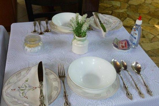 Aratinga Inn:                   Mesa puesta para el desayuno y el cafe de la tarde. Vajilla antigua bellísima!