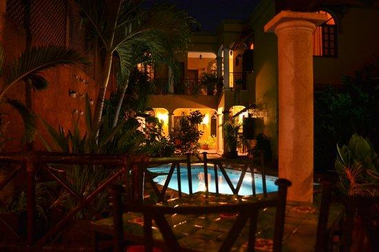 Hotel Marionetas:                   Vue de la piscine/Cour intérieure le soir