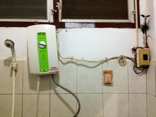 Saysouly Guest House: exposed electrical wires in the shower spell danger