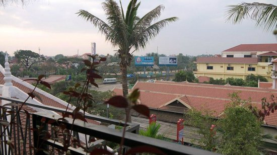 The Moon Villa: Roof top cafe view to Siem Reap