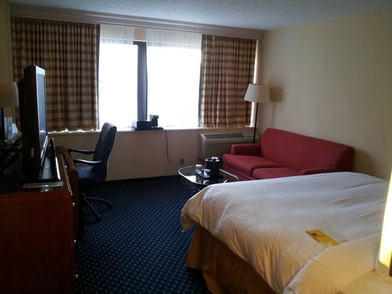 Atlanta Marriott Peachtree Corners: View of room from entry way