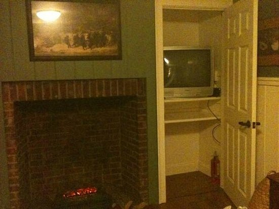 The Colonial Inn at Historic Smithville:                   Living Room (The Johnson Suite 201)