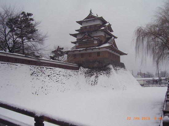 Takashima Castle:                   冠木櫓門から天守閣を望みました。