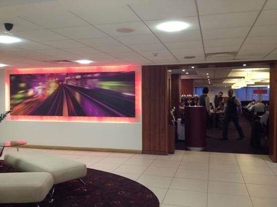 Novotel Birmingham Airport: restaurant entrance in the lobby