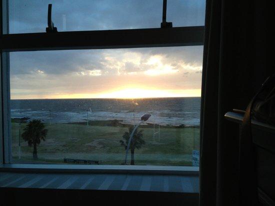 Cala di Volpe Boutique Hotel:                   Nascer do sol na janela do quarto.