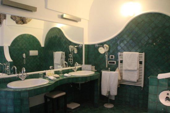 Santa Caterina Hotel : vanity with heat rails