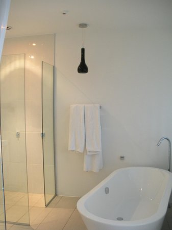 Queenstown Park Boutique Hotel: Remarkables Room bathroom