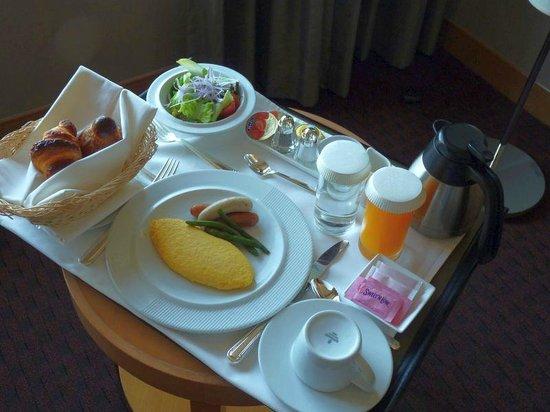 โรงแรมเซรูลีน ทาวเวอร์ โตเกียว:                   朝食のルームサービス