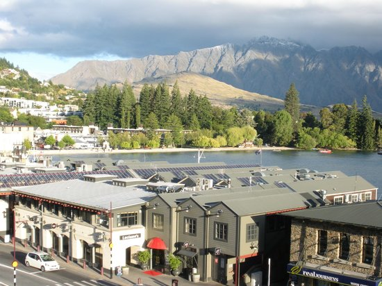 Crowne Plaza Queenstown: Views of Lake Wakitipu & the mountains from our private balcony